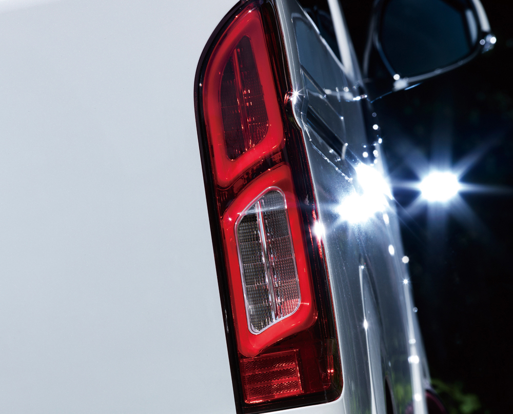 欧州車テイストな2連チューブ「LEDテールランプ」