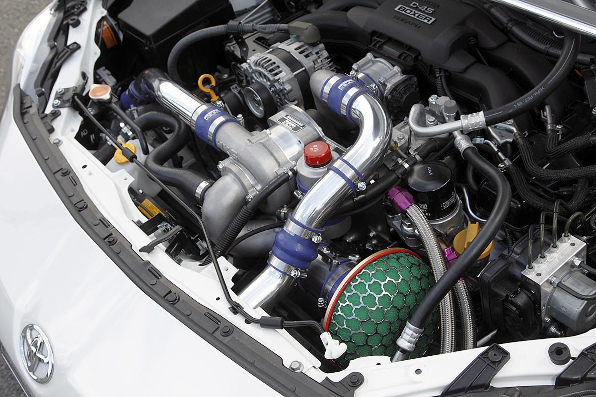 ふだん街乗りで使うエンジン回転域からたっぷりのトルクが得られるスーパーチャージャー。燃費の変化も少なく魅力的だ