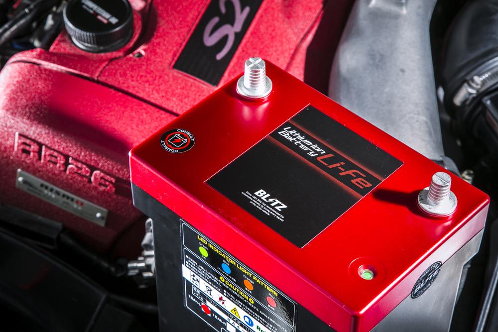 まだまだ高価で、電圧管理がシビアなため専用充電器が必要だったり(ブースターケーブルでジャンプすることは厳禁)、バッテリーのマウントもワンオフ(?)といった課題もある