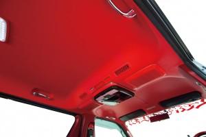 トヨタ・ハイエースの天井をカラーレザーで大胆チェンジ