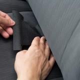 エプロン上部はヘッドレストのシャフトで固定。腰の部分は背面と座面の間にストッパーとなるマジックテープ付きスポンジを差し込む