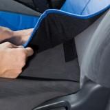 マジックテープとエプロンウエスト部の裏を貼り付けて固定。さらに座面部分にあるベルトをシートレールに引っかけることで座面のズレを防止する