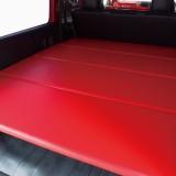 【画像】トヨタ・ハイエースの天井をカラーレザーで大胆チェンジ