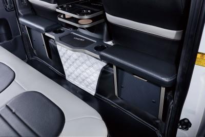 セカンドシート用の装備。センターテーブルの左右は物入れにも成っているが、上部がクッションなのでここをオットマンとして使うこともできる