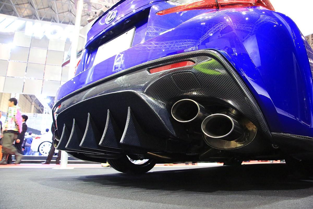 レーシングカーを思わせるディフューザーも、ボディライン全体で見ると違和感は皆無。