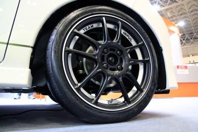 展示車両に装着されているサイズは5J×16+45、カラーはマットブラック/ポリッシュ