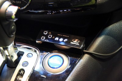 走行シーンに応じたアクセル開度をセレクトできる、スロットルコントローラーも装着済み