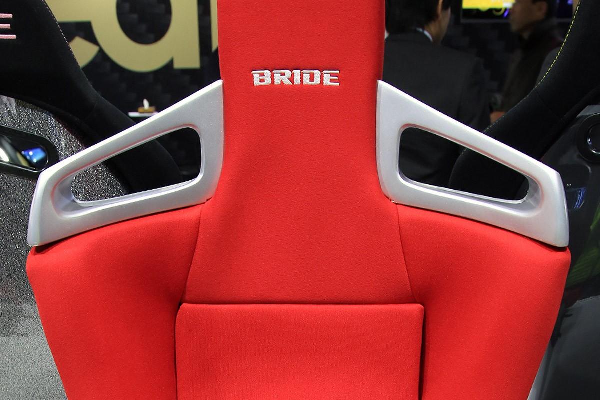純正シートベルトが使えるよう、ベルトホールを大きく設計。当然4点式ベルトもOKだ