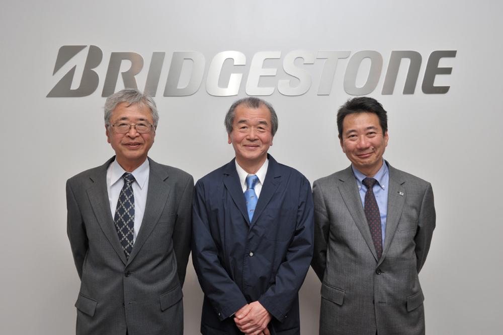 左からブリヂストンの熊野隆二氏、R33スカイラインGT-Rの開発責任者・渡邉衡三氏、ブリヂストン吉野充朗氏