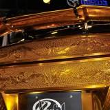 【画像】金ピカのGT-Rのボディは特殊メタル塗装と手彫りという職人技で作られる