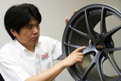 BBS JAPAN 営業企画部 部長 長尾和広氏 「GT500に参戦するS RoadGT-Rに装着される18インチをモチーフにストリート 用をデザイン。レース直系の本格派です」と長尾氏