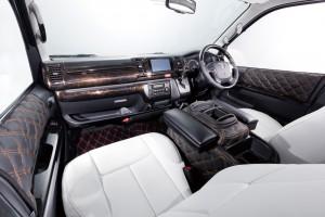 ハイエースの車内をゴージャスに演出する「ルナインターナショナル」のインパネカバー