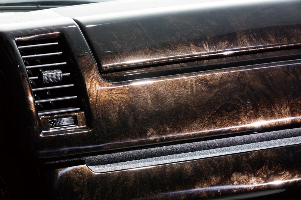 ハイエースの特別仕様車「ダークプライム」と同じ黒木目のマホガニー調パネルを採用。自動車メーカーが選ぶ柄だけにマッチングは良好