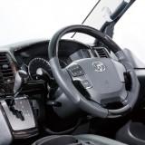 【画像】ハイエースの車内をゴージャスに演出する「ルナインターナショナル」のインパネカバー