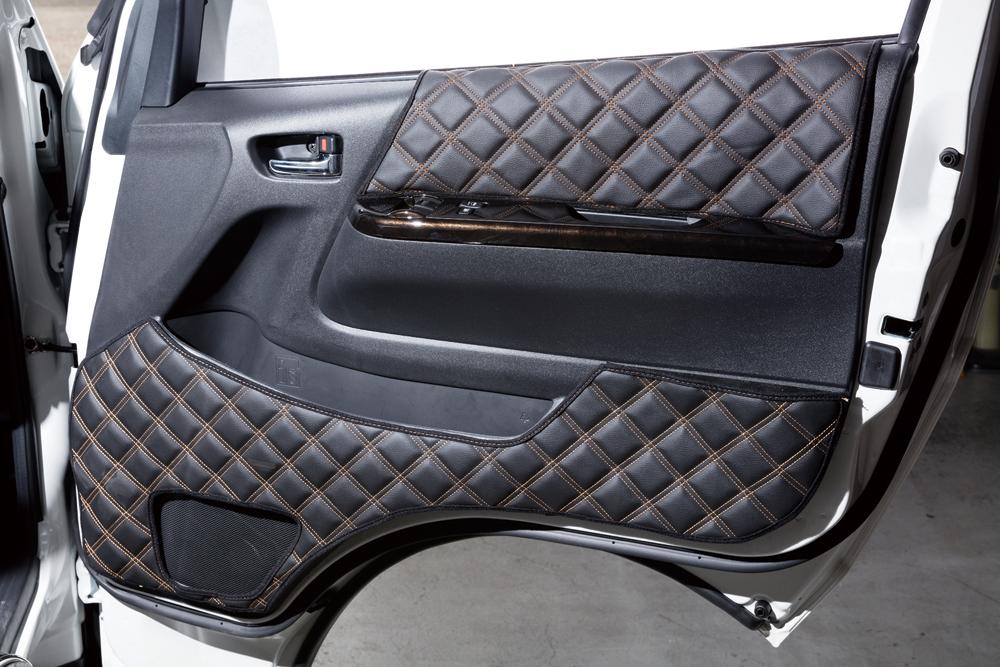 ルナサイドカバーは、渋い黒表皮にカラーステッチが入ったキルティング仕様は高級感を感じさせるアイテム