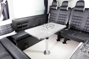 ハイエースなどの後席を快適空間へと変える「テーブルポールキット」