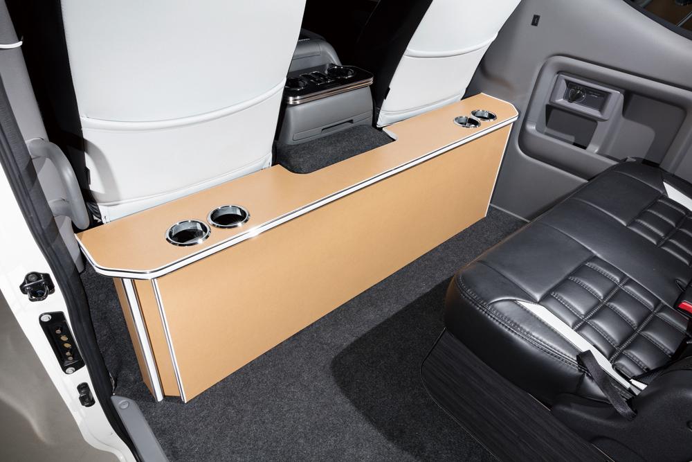 NV350キャラバン用のパーソナルカウンターテーブル。装着しても前席のリクライニングは行える。全12色を設定。各区は3万4000円(ドリンクホルダー2個)と3万5600円(同4個)