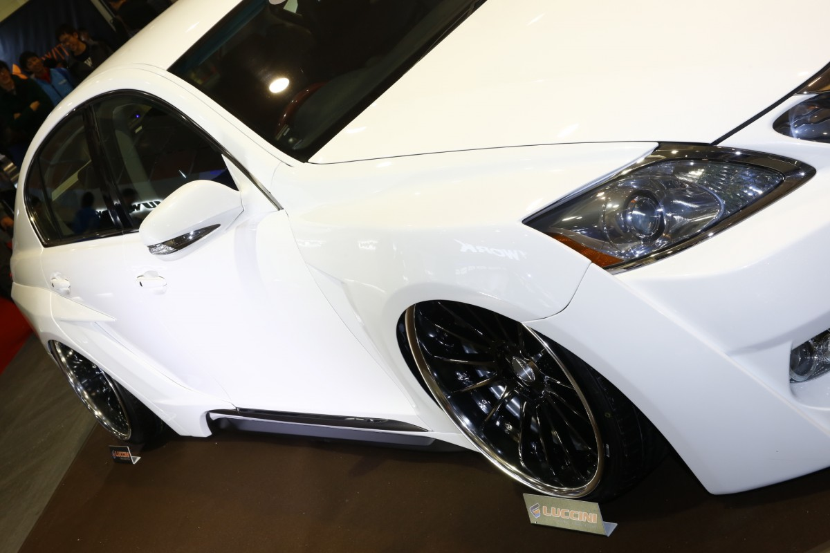 大阪オートメッセ「モードパルファム」のド迫力のワイドボディキットに注目!