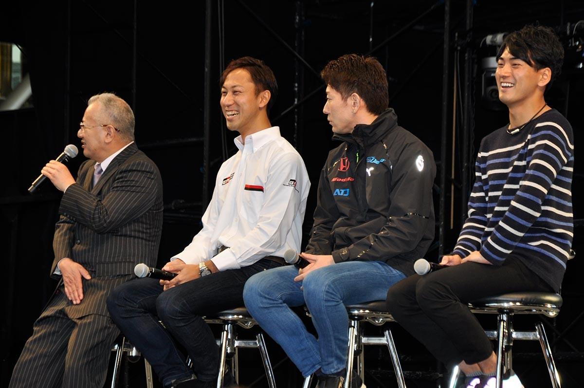 大阪オートメッセ「スーパーGT」トークショーで千代がまさかの自撮り棒