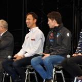 【画像】大阪オートメッセ「スーパーGT」トークショーで千代がまさかの自撮り棒