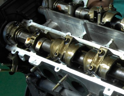 カムシャフトとロッカーアームの間は、油膜保持が難しく金属接触を起こしやすい