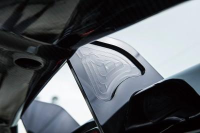 ウイングステーはアルミ製で、センター部は機械加工によるレーシーな造形が施されている。カラーはブラッククローム
