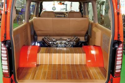 フロアを大幅に加工して、リアサスとリアタイヤの逃げを作っている。こうすることで車高を通常より低く落とすことができる