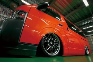 空気ではなく油圧で車高を自在に調整する「トリニティ」