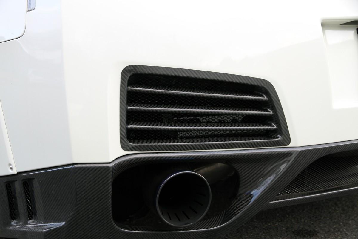 マフラーの熱を放出するカーボン製バンパーアウトレット