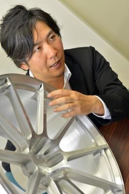 プロドライブジャパン ホイール企画部 鈴木俊平氏 「リムエンドに設けたすり鉢形状とp-linkerによるフローティングデザイン。二面性を持たせることで奥行きと立体感を表現しています」と鈴木氏