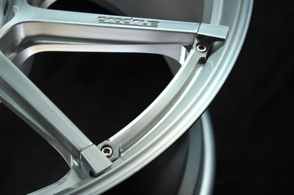 p-linker装着によるリムエンドが少し落ちる造形はデザインのアクセントに。浅いアングルから見るとその複雑さがわかる