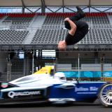 【画像】無謀なチャレンジ!レーシングカーをバク宙で飛び越える【動画】