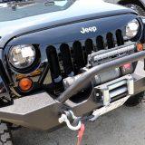 昔から4WDの定番といえば「Jeep」。ラングラーをベースにウインチ付きのバンパーを装備すれば、硬派な男の道具を感じさせる