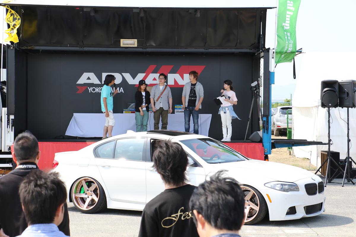 エンディングステージでは、出展社賞のアワード表彰式を開催。受賞車とオーナーを囲み、こだわりのカスタマイズが披露された