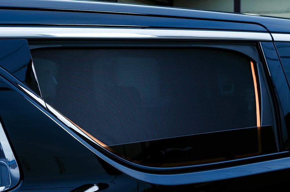 窓の開閉も可能でカンタン装着できる車種別「サンシェード」