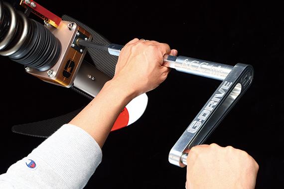 調整作業は、実際はホイールのスポーク間から専用工具「Gドライバー」をボックス部に差し込み、レバーを回してアップダウンさせる仕組み。上下量がひと目で確認できるゲージも標準装備
