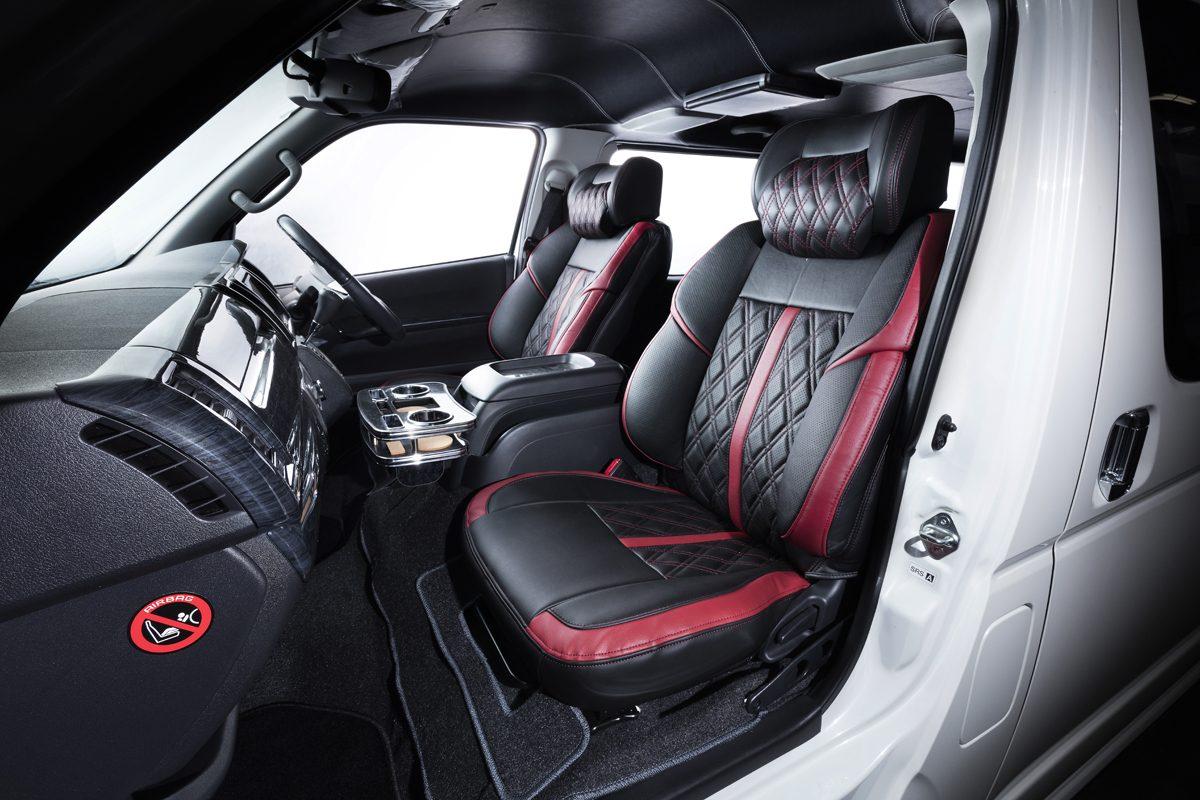 カラーはシックなブラックのほか、レッド、ブルー、ホワイトが用意されている。オプションのネックパッドを装着すると、プアな内装のハイエースが、豪華な雰囲気に生まれ変わる