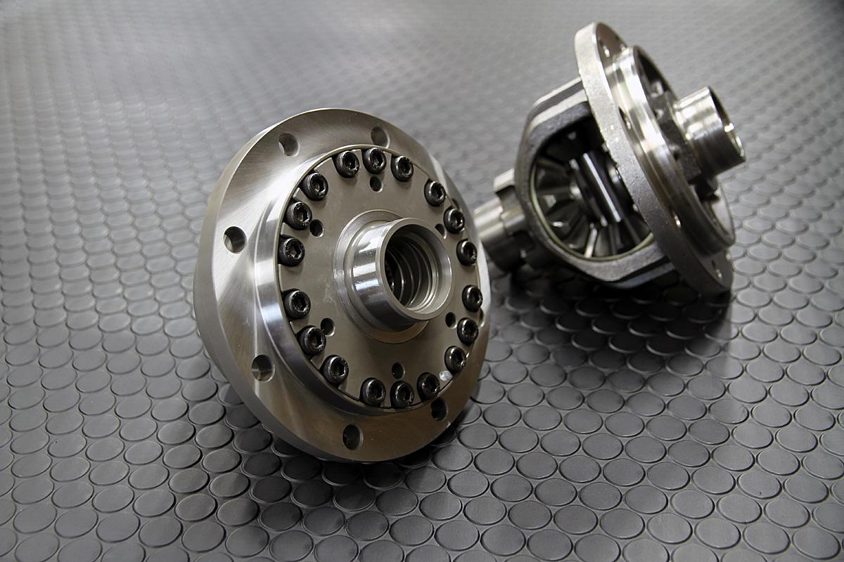 高強度クロモリ鋼を投入してケースを製作し、ハード走行での信頼性を確保。オーバーホールや仕様変更にも対応する