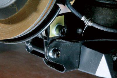 ローダウンするとリアのアームがバンザイしたような角度になるが、これだとアームの可動域が減る。そこで角度を矯正するスペーサーを使用。同時にスタビライザーのリンクもローダウン用に変更