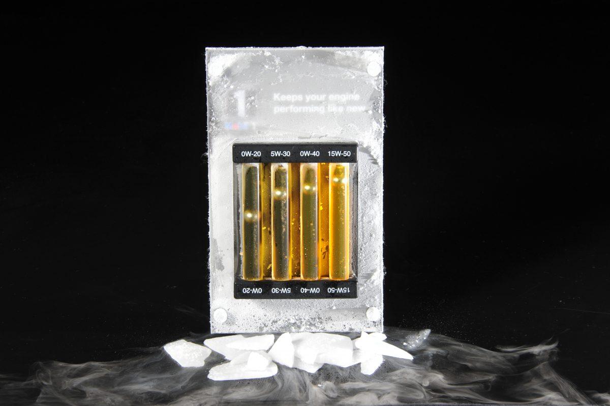 マイナス20℃に冷やしたオイル。粘度によって、鉄球の落下スピードが異なる