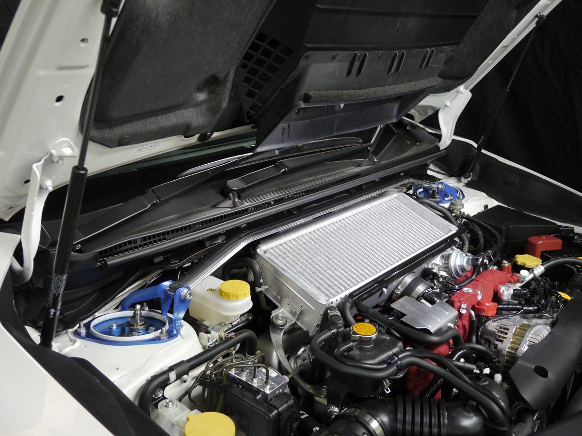 サスペンションを取り付 けるストラットタワー間をバーで繋ぎ合わせ、剛性を確保するストラットバー(写真は現行VAB型WRX STI用で1万5000円/税抜)。ボディ剛性を高め、アライメント変化を抑制する