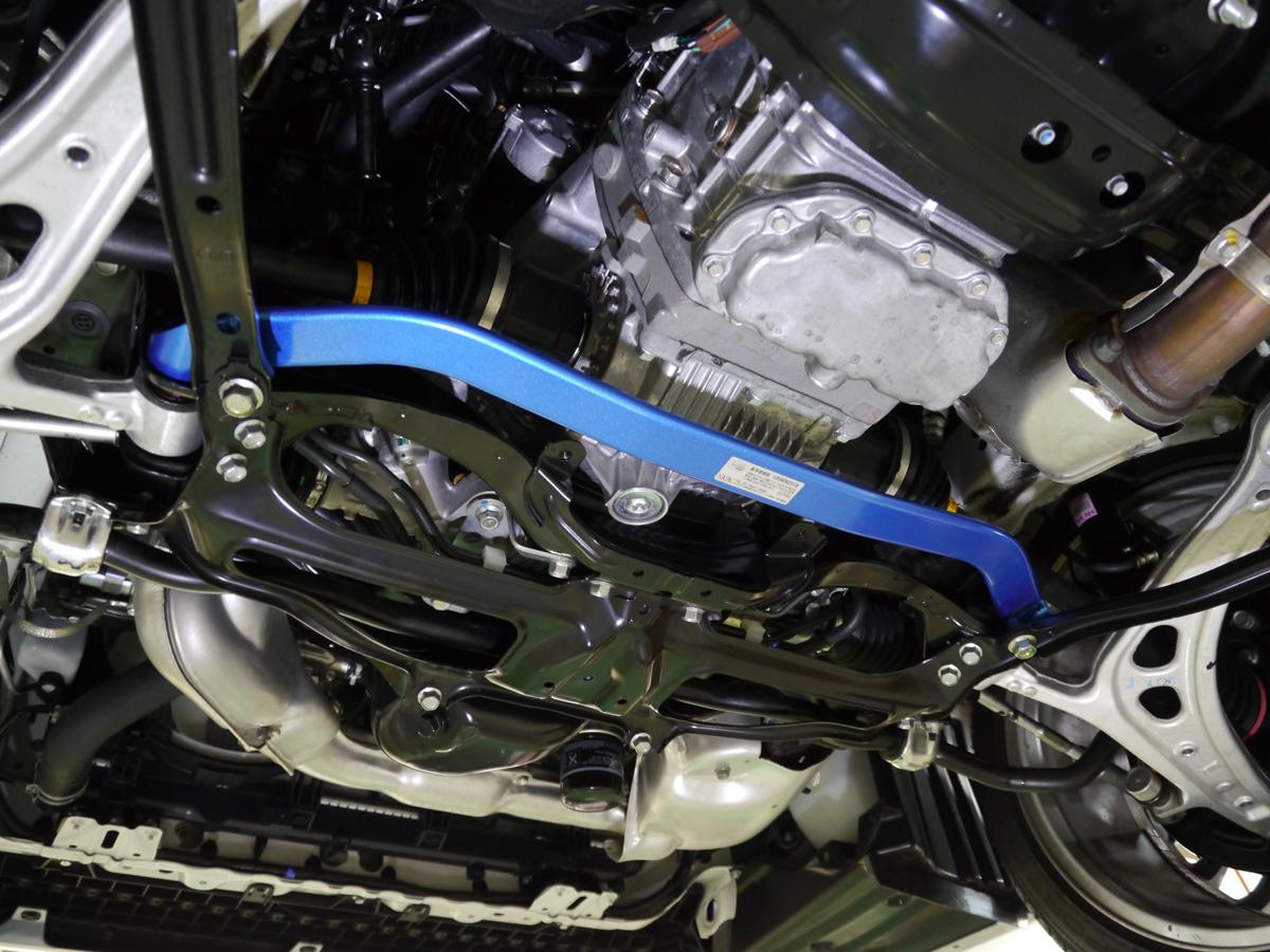 ロワアームの左右取付部を連結し、アライメント変化を抑制するロワアームバー(写真は現行V A B型WRX STI用で7500円/税抜)ストラットバーとの併用が効果的