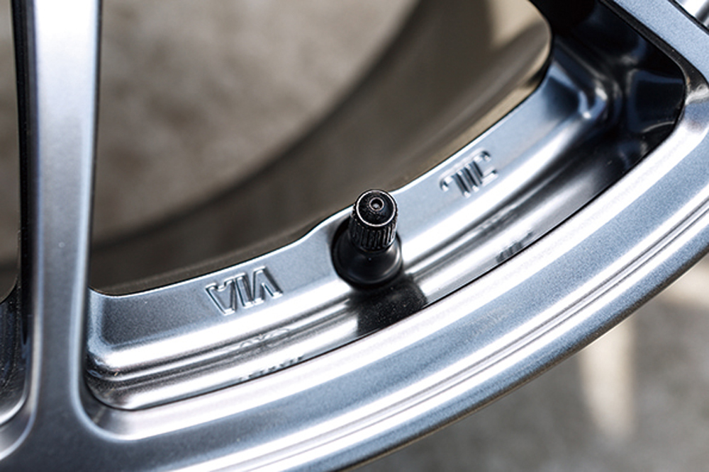 スポーツモデルらしくバルブは、折れのリスクを防げるゴムタイプを採用。オプションとして高級感を底上げする金属バルブも用意している。落ちついた印象で乗りたいユーザーには、そちらの選択肢もアリだろう