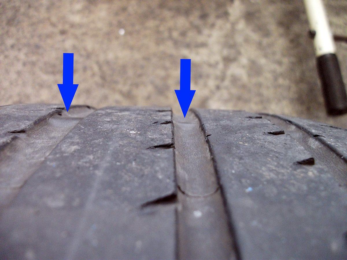 矢印の部分がスリップサイン。ほかの溝の部分より高くなっている