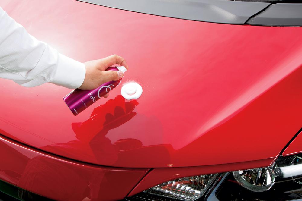 施工時のポイントは使用前に内部の液剤を確実に混ぜ合わせるため缶をよく振ること。ここが不十分だと効果が発揮できない。施工前は洗車して軽く拭き上げてからスプレーする。スプレー後は専用クロスを使い力を入れずに拭き上げるだけ