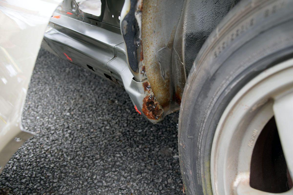 リヤフェンダーのフチは、BNR32の錆ポイントとして有名。水分だけでなく泥が溜まり、錆が発生しやすい