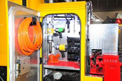 左右のスペースには機能的な収納スペースを設置。特殊道具やアタッチメントを収納する