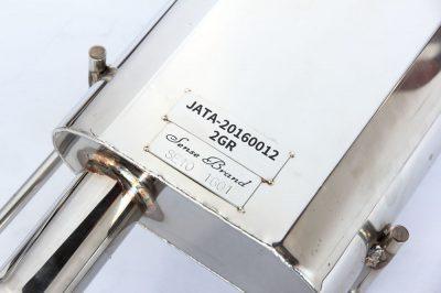 サイレンサーにはJATAの認証プレートとセンスブランドの製造プレートが装着される