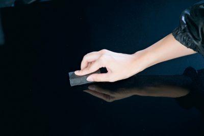 ピカピカレインを塗布したスポンジを、ボディに押さえ付けるようにして塗り込む。滑りが悪いときは2~3滴ほど追加する