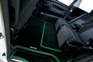 シートレールを被って高級感のある車内を実現する『セカンドラグマット』